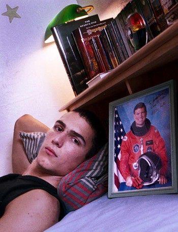 """Jonathan James w swojej sypialni w 2000 roku, po tym, jak zaczął odbywać karę aresztu domowego. James ma zdjęcie z autografem słynnego astronauty kpt. Mike`a L. Coatsa, który napisał. """"Jonathan - Dare to Dream"""""""