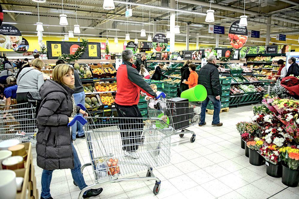 Niedzielne zakupy przenieśliśmy na piątek i sobotę oraz do internetu. Większość Polaków popiera zakaz