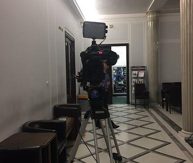 """Kamera TVP wciąż nagrywa protestujących w Sejmie. """"Gdy śpią też ich nagrywacie?"""""""