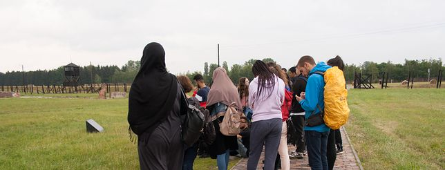 Uczniowie z Berlina zwiedzają muzeum na Majdanku