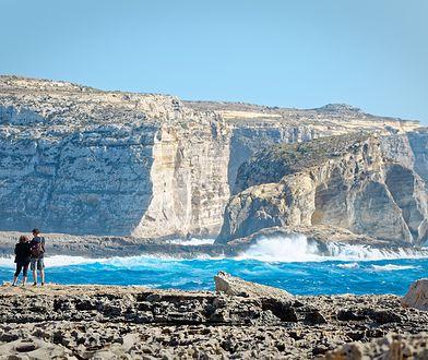 Jasne klify na wybrzeżu Gozo zapierają dech w piersiach