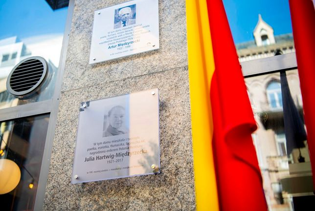 Warszawa. Tu mieszkali wyjątkowi warszawiacy. Teraz już oboje, mąż i żona, zostali uhonorowani takimi tablicami (UM st Warszawa)