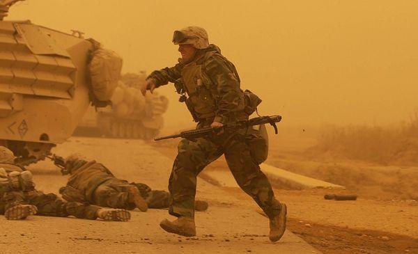 Atak moździerzowy podczas burzy piaskowej na amerykańskich żołnierzy, Bagdad, marzec 2003 r.