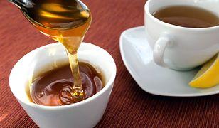 Wiele osób słodzi herbatę miodem, myśląc, że to dobre rozwiązanie