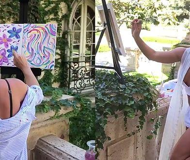 Britney Spears maluje obraz.