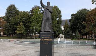 Pomnik ks. Jerzego Popiełuszki w jego rodzinnej miejscowości Suchowola.