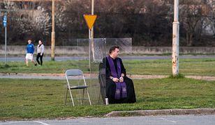 Księża wyspowiadali wiernych na parkingu obok kościoła