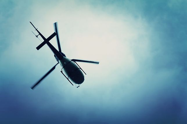 Koło helikoptera przebiło dach