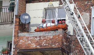 Otyłą pacjentkę z mieszkania wyciągali strażacy. Sprowadzono ją na dół z użyciem dźwigu