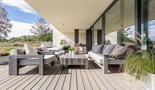 Urządzanie tarasu przy domu obejmie dobór podłogi, mebli i zacienienia