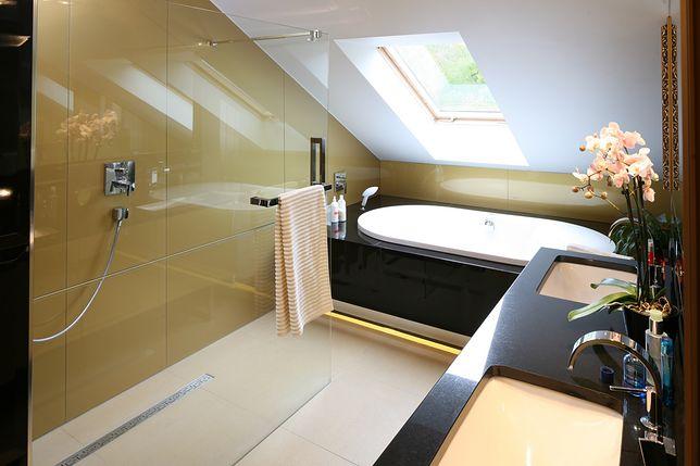 Jeśli chcemy uniknąć zbyt długiego i mozolnego sprzątania, warto pomyśleć o prysznicu bez brodzika.