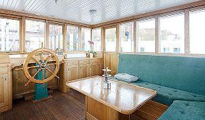 Pływający dom na wodzie: mieszkanie na barce