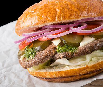 Burger powinien być odpowiednio wysmażony, tak by mięso pozostało w środku soczyste.