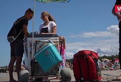 Chodzą po plaży i sprzedają orzeszki. Ich zarobki robią wrażenie