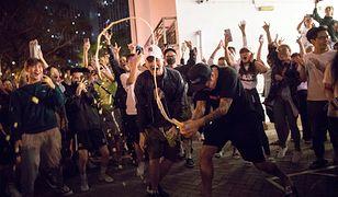 Hongkong. Tłum wiwatuje tuż po ogłoszeniu wstępnych wyników