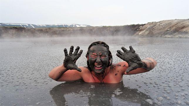 Kąpiel w błotnym jeziorze, Kamczatka, Rosja