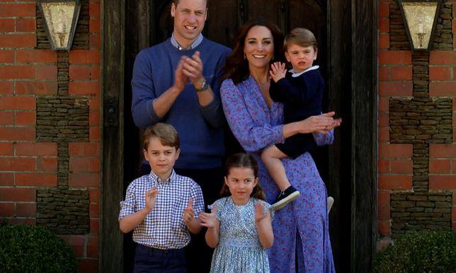 Kate Middleton w błękitnej kreacji w kwiaty. Ta sukienka na wiosnę to najgorętszy trend