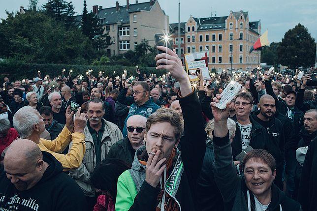 Manifestanci na wiecu Pro Chemnitz