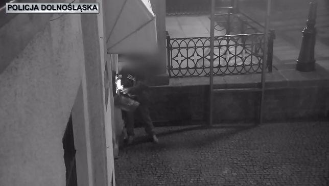 """Złotoryja. 32-latek rzucił defibrylator o ziemię. Chciał go """"wypróbować na sobie"""""""