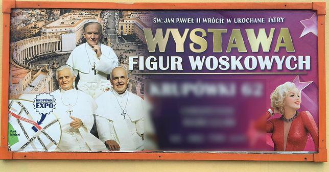 Reklama wystawy figur woskowych na Krupówkach.