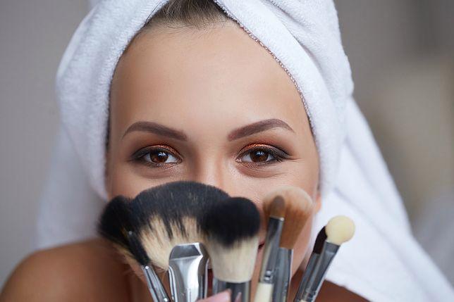Konturowanie zatuszuje krągły owal twarzy i podkreśli rysy