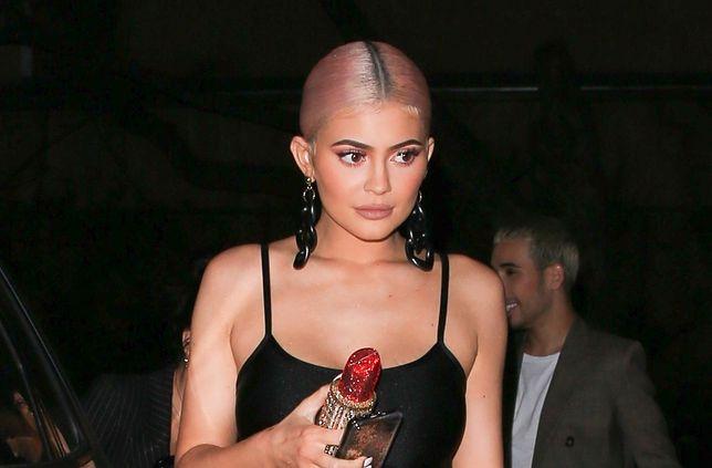 Kylie Jenner bawi się ze znajomymi. Coś jest nie tak z jej biustem