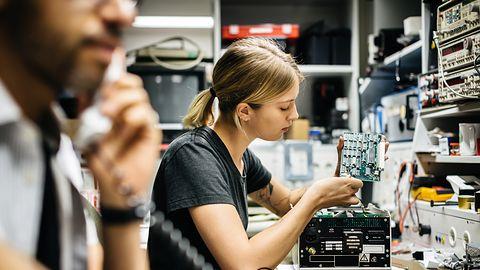 Umiejętności komputerowe kobiet takie same, jak u mężczyzn. Różnią się jednak w jednej rzeczy