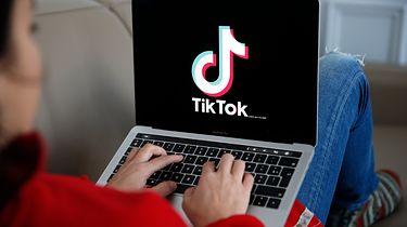 12-latka pozywa TikToka. Chodzi o kwestie prywatności - Logo TikToka na laptopie. Zdjęcie ilustracyjne (Getty Images)