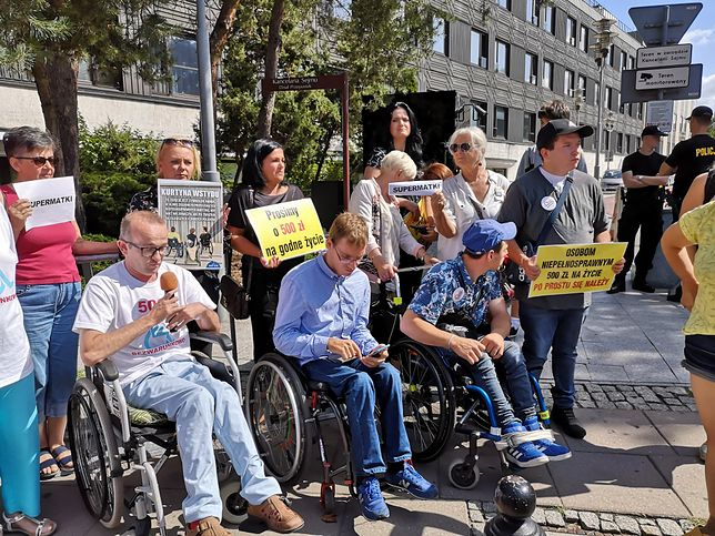 Niepełnosprawni i ich rodzice zebrali się przed Sejmem
