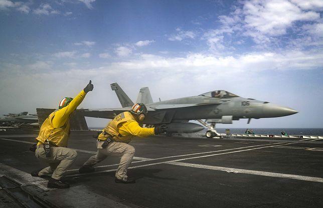 """Samolot startujący z pokładu lotniskowca USS """"Abraham Lincoln"""""""