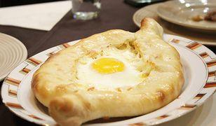 Chaczapuri adżarskie ma formę łódki i jajko z półpłynnym żółtkiem.