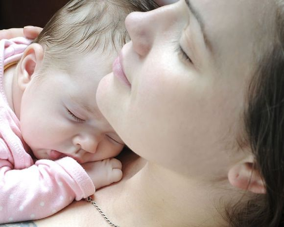 Matka przytula małe dziecko