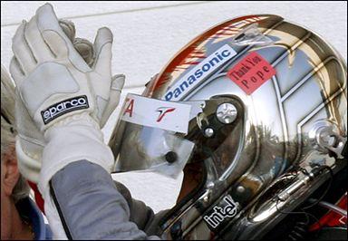 Kierowcy nie zapomnieli o Janie Pawle II. Na zdjęciu Jarno Trulli.