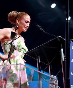 Jennifer Lopez z trudem powstrzymuje łzy na scenie