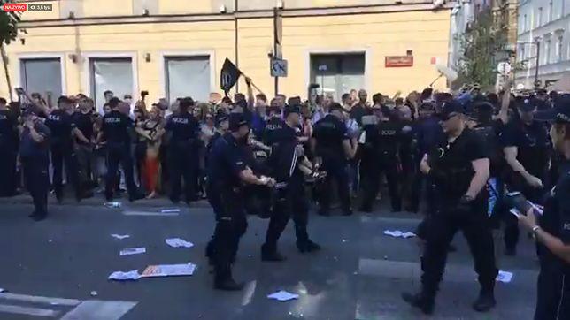 """Zamieszki na marszu Młodzieży Wszechpolskiej. Policja wynosiła blokujących i apelowała do posłów. """"Warszawa wolna od faszyzmu"""""""