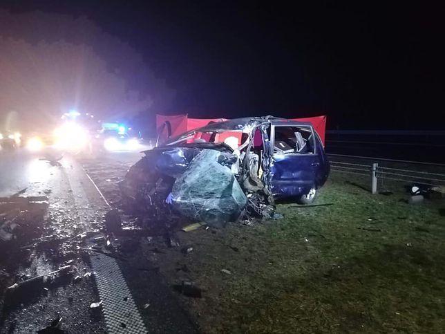 Samochody zderzyły się czołowo.