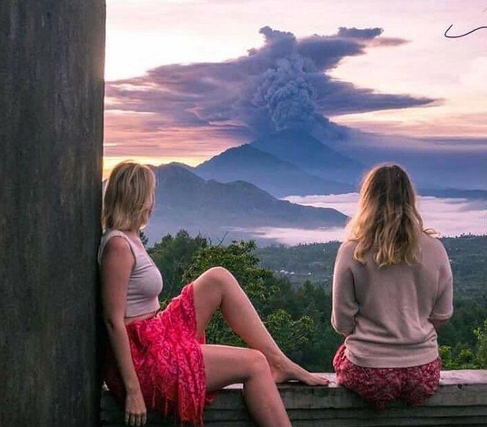 Turyści robią sobie zdjęcia z dymiącym wulkanem na Bali. Mieszkańcy boją się o swoje życie