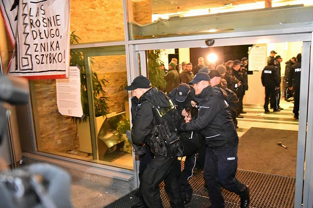 Policja wynosi protestujących ekologów z siedziby Lasów Państwowych przy ul. Grójeckiej