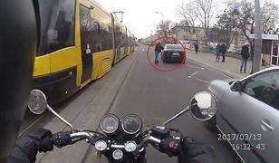 Samochód wjechał na przystanek wiedeński. Pasażer wymierzył sprawiedliwość... laską [WIDEO]
