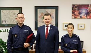 Mariusz Błaszczak i policjanci Katarzyna Król i Artur Morzyński