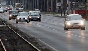 Jazda na światłach przez całą dobę: kierowcy nie chcą zmian w przepisach