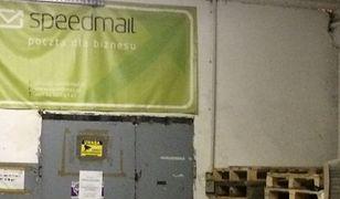 Speedmail reklamuje się - nawet na tym smutnym banerze w hangarze - jako poczta dla biznesu.