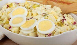 Sałatka ziemniaczana to smaczna alternatywa dla klasycznej sałatki jarzynowej.