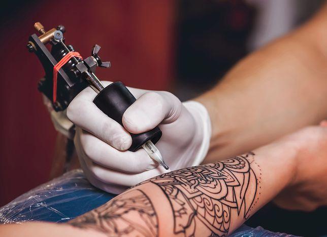 Wykonanie tatuażu na przedramieniu jest bardziej bolesne niż na ramieniu