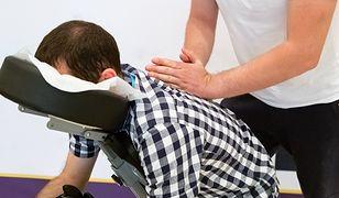 Coraz więcej pracowników korzysta z masażu biurowego