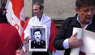 Demonstrant z plakatem ze zdjęciem byłego ministra spraw zagranicznych Jurija Zacharienki