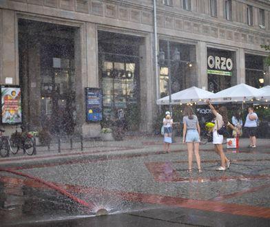 Warszawa. Można się napić i zrosić. Dużo wody na ulicach stolicy. Gdzie są kurtyny wodne?