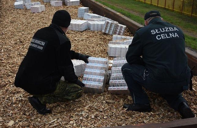 Nieudany przemyt. 30,5 tys. paczek papierosów w pociągach