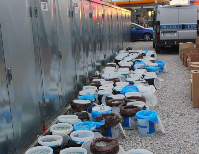 Warszawa. 112 wiader wypełnionych po brzegi tabletkami - takiego odkrycia dokonali policjanci w magazynie na Pradze Południe (Policja)