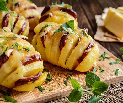 Zapiekane ziemniaczki z kiełbasą, czosnkiem i serem. Prosty hit z grilla lub piekarnika